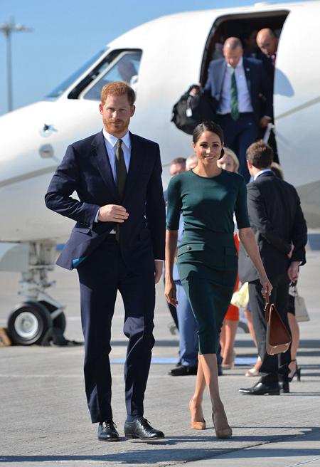 Hoàng tử Harry và vợ Meghan Markle khi đáp xuống sân bay Dublin, Ireland, hôm 11/7. Ảnh: PA.