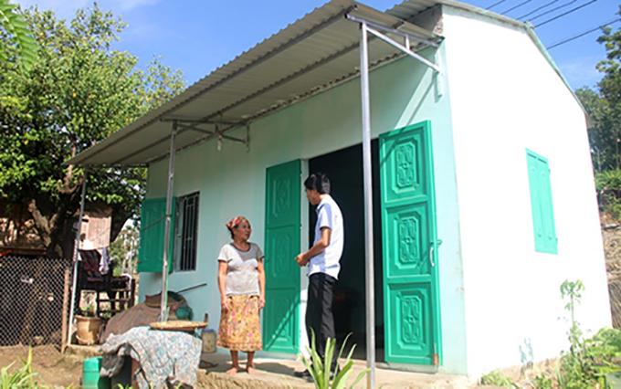 Một hộ nghèo ở huyện biên giới Mường Lát bên căn nhà mới.