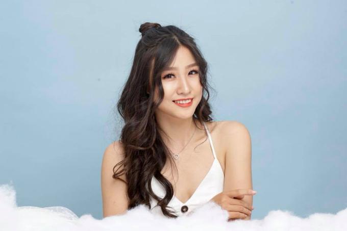 Ứng viên nội bật kế tiếp của Miss Supranational Vietnam 2018 là Nguyễn Phương Hoa, sinh năm 1995, đến từ TP.HCM. Cô sở hữu chiều cao 1,67 m, cân nặng 52 kg, số đo ba vòng 79-62-89 cm.    Điểm mạnh ở gương mặt sáng và khả năng ngoại ngữ cực tốt. Người đẹp có thể giao tiếp thành thạo bằng tiếng Anh và tiếng Trung.      Phương Hoa từng tốt nghiệp loại giỏi, khoa Tài chính - Kế toán, Viện Đào tạo Quốc tế ISB của ĐH Kinh Tế TP.HCM. Bên cạnh đó, cô cũng là gương mặt hot của trường khi 3 năm liền giành học bổng trao đổi văn hoá và đoạt luôn ngôi Á khôi vào năm 2015.    Năm 2017, Phương Hoa chinh chiến tại Hoa hậu Hoàn vũ Việt Nam. Trong tập 7 của show thực tế đồng hành cùng đấu trường nhan sắc này, cô lọt top 3 thí sinh nói tiếng Anh giỏi nhất và được chương trình trao học bổng.