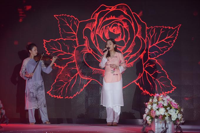 Trong một ca khúc khác, Giang Hồng Ngọc chọn trang phục màu hồng, trắng hêu hoa nhã nhặn.
