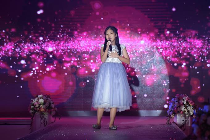Ca sĩ nhí The voice kid Lê Châu Như Ngọcmang đến tiết mục Ba kể con nghe, Cho con gần ba thêm chút nữa.