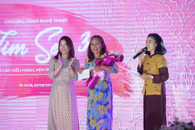 Cuối chương trình, bà Hoàng Hồng Hạnh, đại diện thương hiệu Thiện Phát Design tặng quà tri ân những bà mẹ làng trẻ em SOS Gò Vấp đã lặng thầm chăm sóc hàng vạn trẻ nhỏ mồ côi trong hơn 20 năm qua.