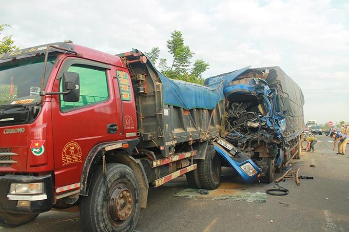 Xe tải biển Quảng Ngãi biến dạng sau tai nạn liên hoàn. Ảnh: H.L