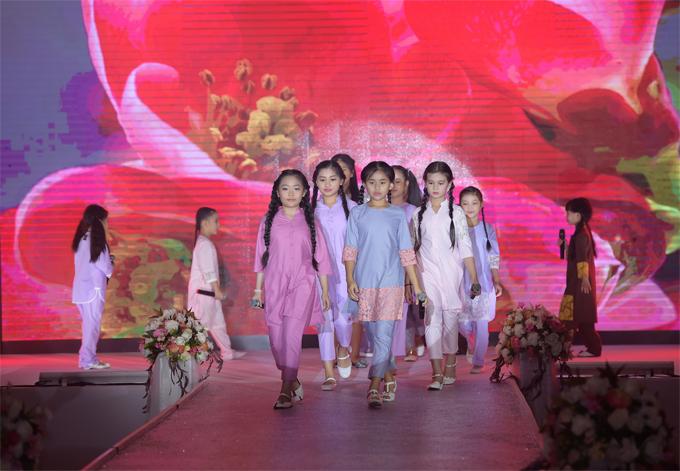 Trang phục cho các bé linh hoạt với gam màu tươi tắn như hồng, xanh pastel, tím nhạt điểm họa tiết ren.