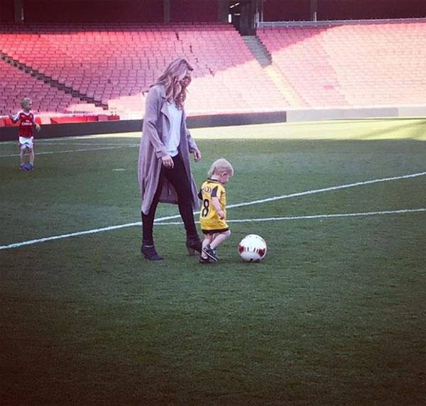 Sonny thường xuyên được mẹ cho đến sân bóng để vui chơi và cổ vũ bố.