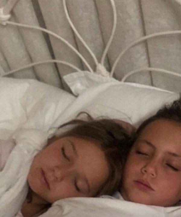 Harper nằm cạnh cô gái trong họ. Ảnh: Instagram.