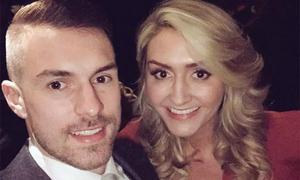 Tiền vệ Arsenal Ramsey hạnh phúc vì vợ mang thai đôi
