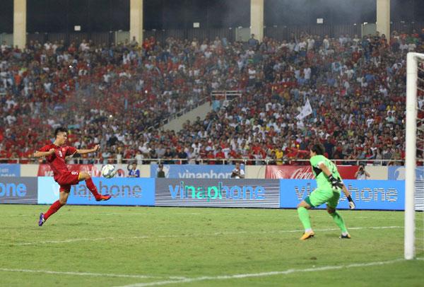 Phan Văn Đức ghi bàn đẳng cấp cho Olympic Việt Nam. Ảnh: Ngọc Thành.