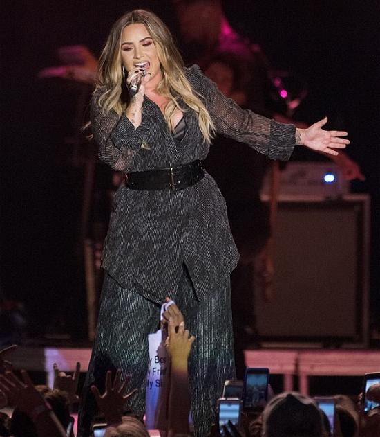 Demi biểu diễn ca khúc Sober 2 ngày trước khi tiệc tùng thâu đêm và dùng ma túy quá liều.