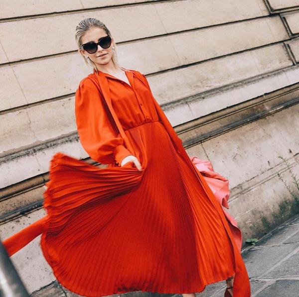 Váy sơ mi không chỉ quẩn quanh với dáng suông đơn giản. Chúng được làm mới bởi tông màu hợp mốt và biến tấu về phom dáng.