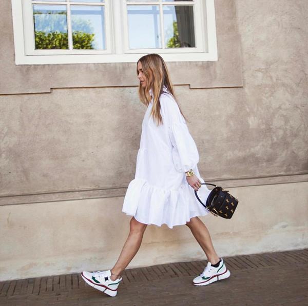 Phong cách cho các bạn gái mê kiểu váy bánh bèo nhưng thích mix đồ theo tinh thần năng động trẻ trung. Váy hạ eo tông trắng được phối hợp hài hòa cùng giầy sneaker và túi xách xinh xắn.