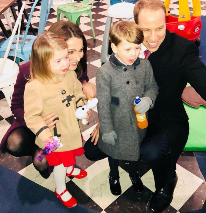 Bé Scarlett cùng gia đình hoàng gia bản sao của mình. Ảnh: Mercury Press.