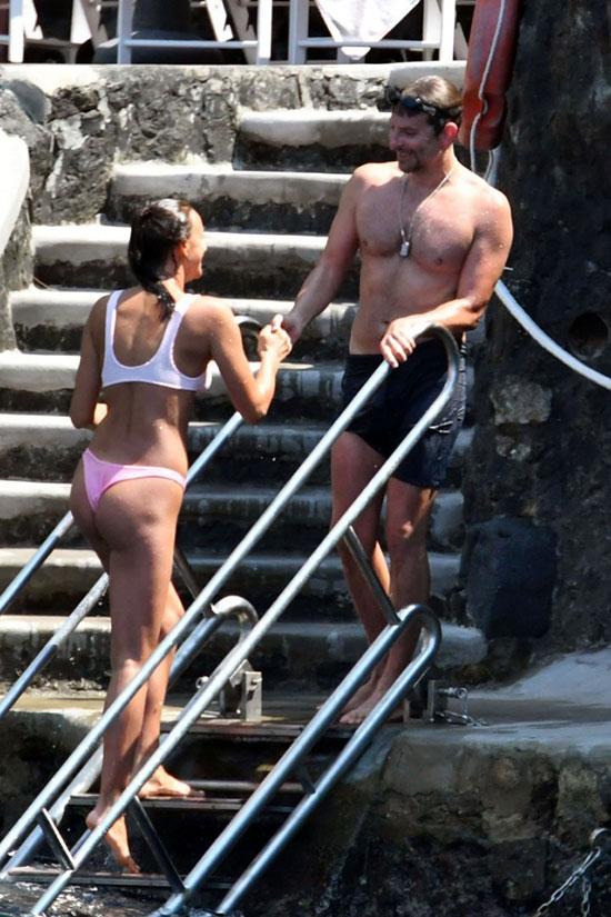 Irina Shayk và tài tử Bradley Cooper trốn con đi nghỉ ở Italy vào cuối tuần qua. Cặp sao tận hưởng kỳ nghỉ riêng tư ở bãi biển vắng vẻ ở Positano.