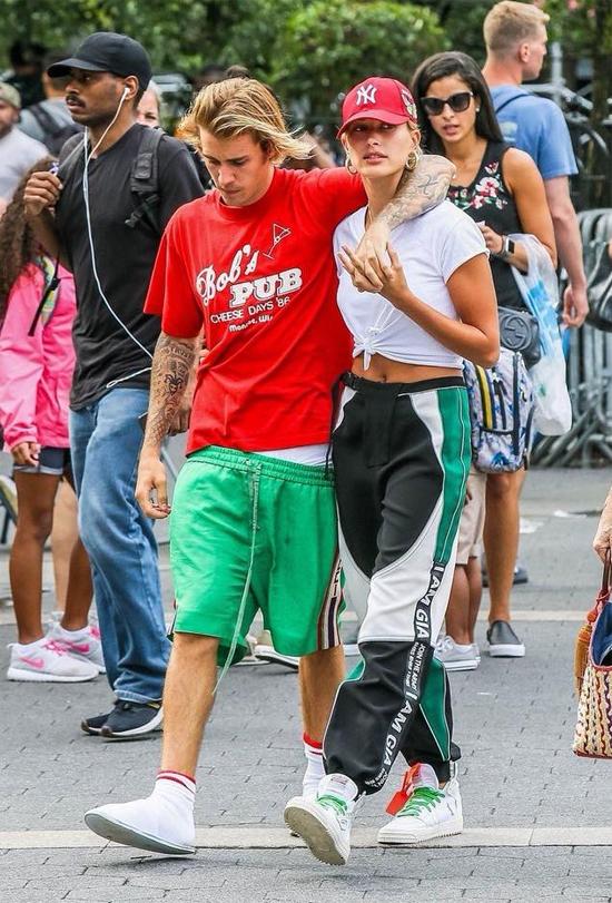 Đi hẹn hò với hôn thê sành điệu nhưng Bieber vẫn xỏ dép lê, mặc quần tụt quá mông - 6