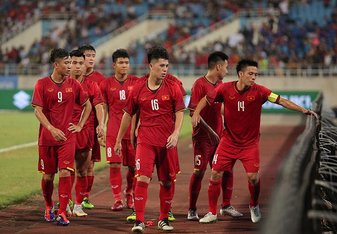 Olympic Việt Nam đi quanh sân cảm ơn khán giả sau trận hoà U23 Uzbekistan. Ảnh: Đương Phạm.