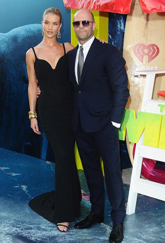 Jason Statham ôm eo cô bạn gái gợi cảm Rosie Huntington-Whiteley trên thảm đỏ rạp chiếu phim TCL Chinese ở Hollywood tối 6/8.