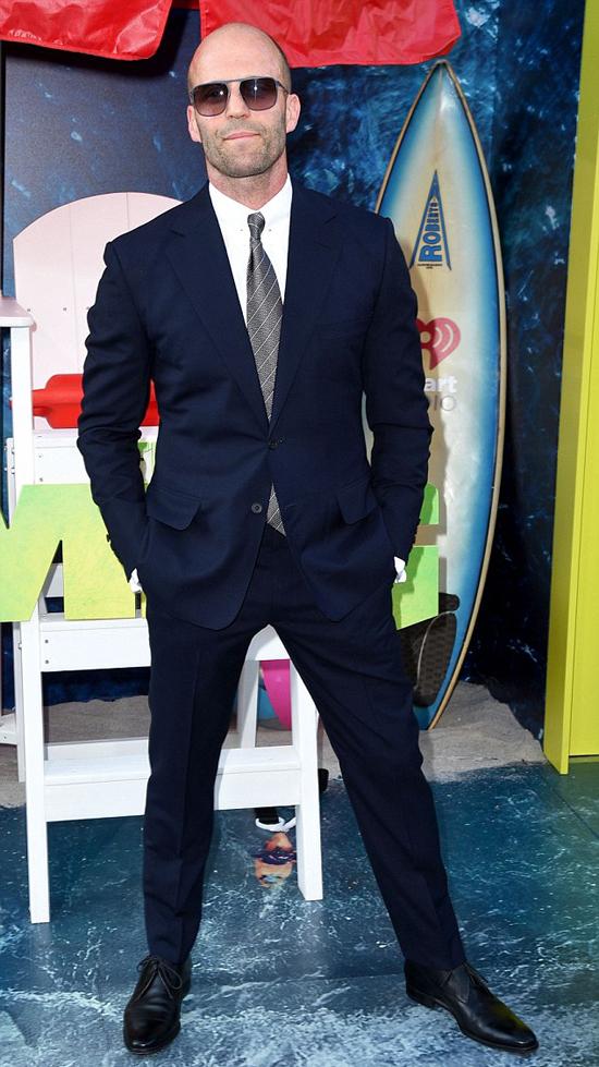 Jason Statham hơn bạn gái 20 tuổi nhưng vẫn rất trẻ trung, phong độ. Nhiều năm nay, anh vẫn là ngôi sao phim hành động đắt giá ở Hollywood.