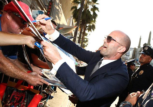 Statham nhiệt tình ký tặng người hâm mộ tại lễ ra mắt phim mới.