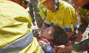 Cô gái được cứu sống sau hai ngày kẹt dưới đống đổ nát động đất ở Indonesia