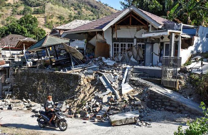 Một ngôi nhà bị đổ sập sau trận động đất ở đảo Lombok hôm 5/8. Ảnh:Antara Photo.