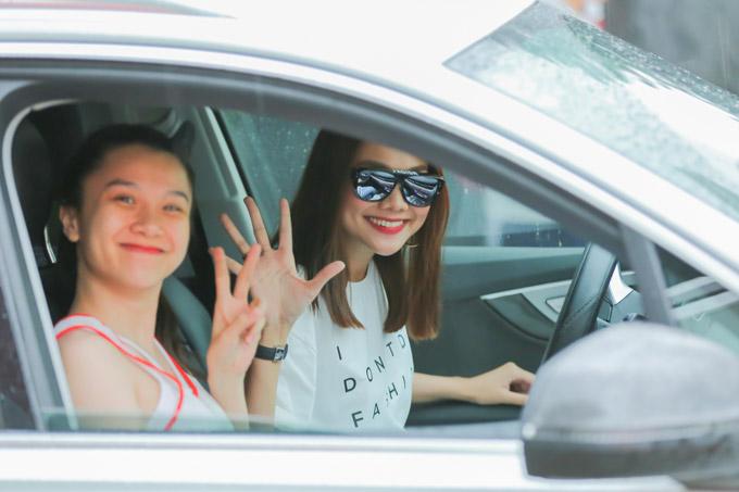 Trời đổ mưa lớn ở Sài Gòn nhưng Thanh Hằng vẫn lái xe chở hot girl Mie Nguyễn đi xem trận bónggiữa hai độiThang Long Warriors và Saigon Heat. Siêu mẫu cho biết đây là lần đầu tiên cô trực tiếp theo dõi một trận đấu bóng rổ.