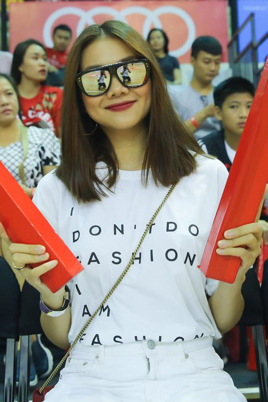 Thanh Hằng bật mí cô là cổ động viên củaThang Long Warriors, đội bóng đang giữ vị trí thứ hai trên bảng xếp hạng VBA và là mộttrong số 4 đội lọt vào vòngPlayoffs giải VBA 2018.