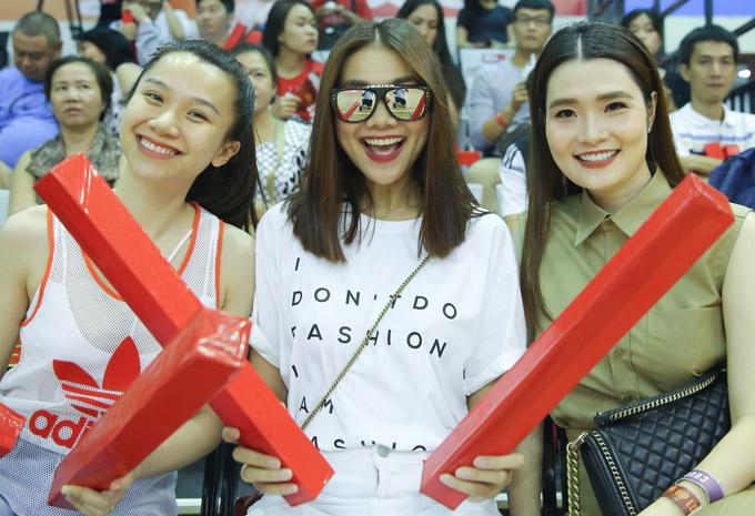 Siêu mẫu cầm gậy cổ vũ, rạng rỡ trên ghế ngồi VIP cùng hot girl Mie Nguyễn và bà bầu Thu Lương của độiThang Long Warriors.