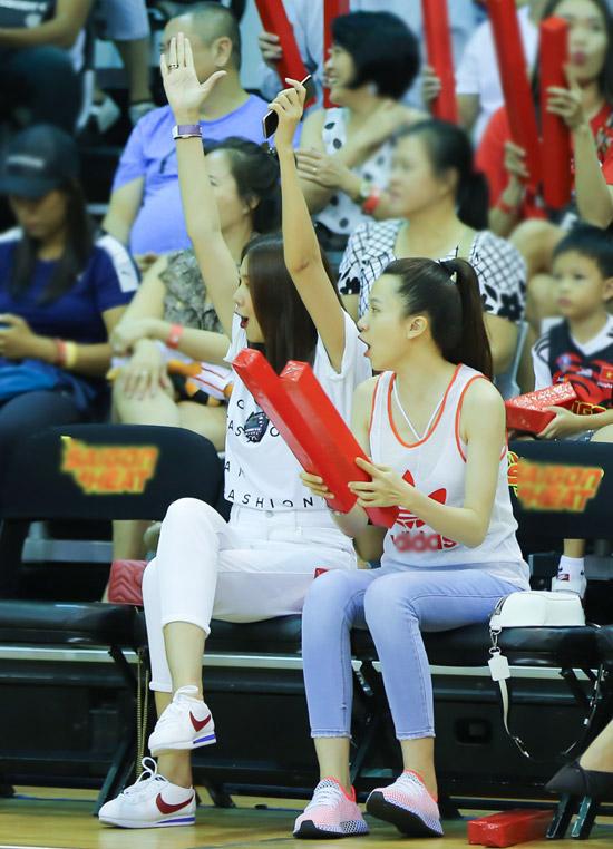 Thanh Hằng la hét cuồng nhiệt trước bàn thắng đẹp.