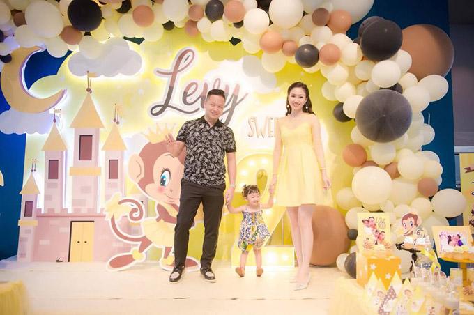 Vợ chồng Á hậu Ngô Trà My mở tiệc sinh nhật 2 tuổi cho con gái cưng