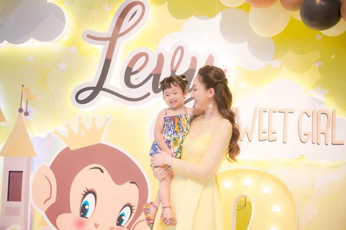 Vợ chồng Á hậu Ngô Trà My mở tiệc sinh nhật 2 tuổi cho con gái cưng - 1