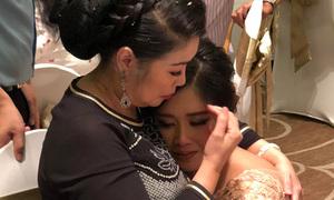 Con gái Hồng Vân ôm mẹ khóc trong đám cưới