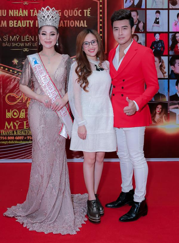 Diễn viên Phương Hằng của phim Gạo nếp gạo tẻ sánh đôi ông xã anh Tâm dự tiệc của Hoa hậu Mỹ Liên.
