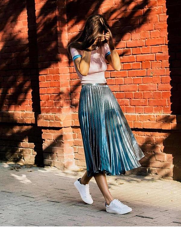 Trong không khí chuyển mùa, váy midi ánh kim được phái đẹp thế giới ưa chuộng và sử dụng nhiều khi xuống phố.