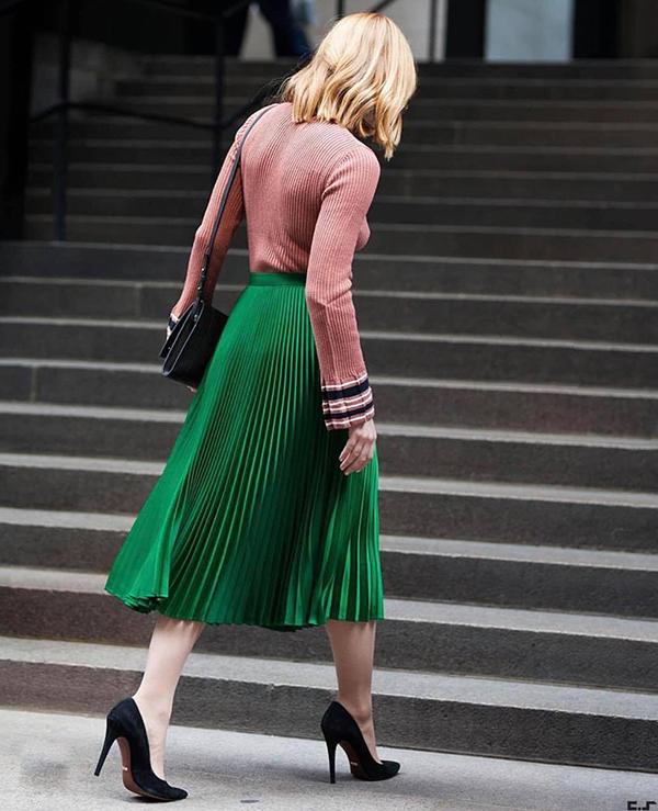 Kiểu váy xoè có chiều dài qua gối được làm mới bằng những gam màu thời thượng. Nổi bật là tông xánh lá bắt mắt được nhiều fashionista yêu thích.