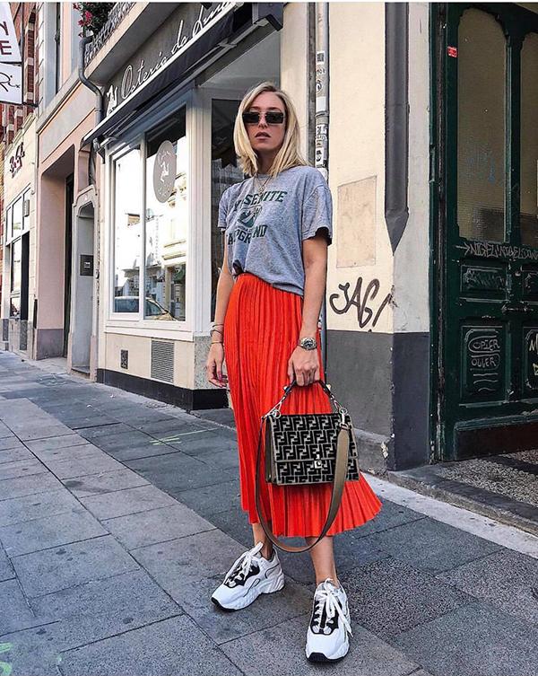 Thời gian trước đây, phái đẹp thường chọn chân váy xoè để kết hợp cùng các kiểu áo, phụ kiện theo dòng vintage. Nhưng ở mùa mốt mới, các fashionista lại chọn kiểu váy quen thuộc để phối đồ phá cách cùng giầy thể thao.