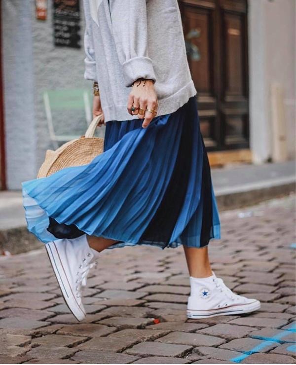 Nắm bắt được sở thích của các chị em, nhiều nhà mốt nhanh chóng cho ra đời các mẫu váy xoè xếp ly tông màu bắt mắt, thay vì tông đen, xám, nâu quen thuộc.
