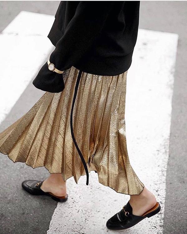 Khi diện chân váy có gam màu thể hiện sự hào nhoáng, các bạn gái thường chọn áo, phụ kiện gam đơn sắc để cân bằng tổng thể.