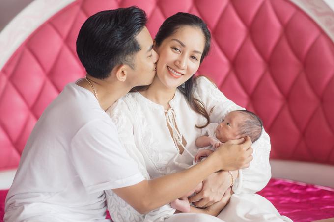 Ngày 13/6, vợ chồng Khánh Thi - Phan Hiển đóncon gái thứ hai, sớm hơn 1 tháng so với dự sinh. Em bé được bố mẹ đặt tên là Anna, nằm lồng ấp khoảng 3 tuần trước khi được đưa về nhà.