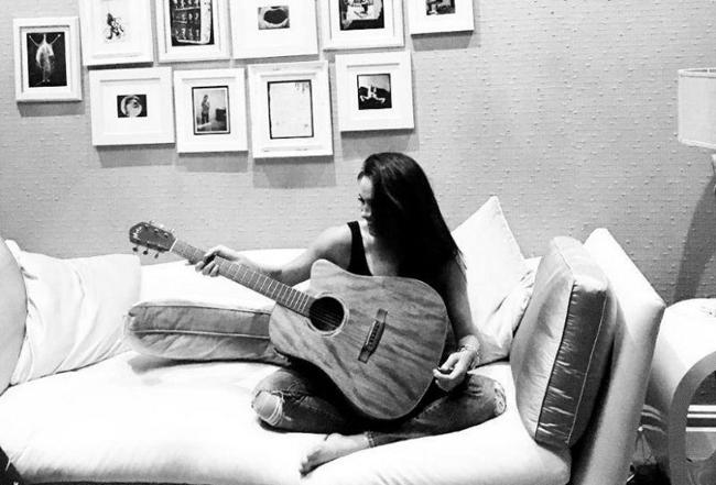 Cựu nữ diễn viên Mỹ chơi guitar bằng tay trái. Ảnh: Instagram.