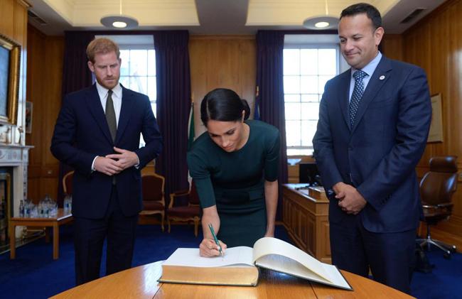 Meghan viết bằng tay trái trong chuyến công du Ireland cùng chồnghồi tháng 7. Ảnh: PA.