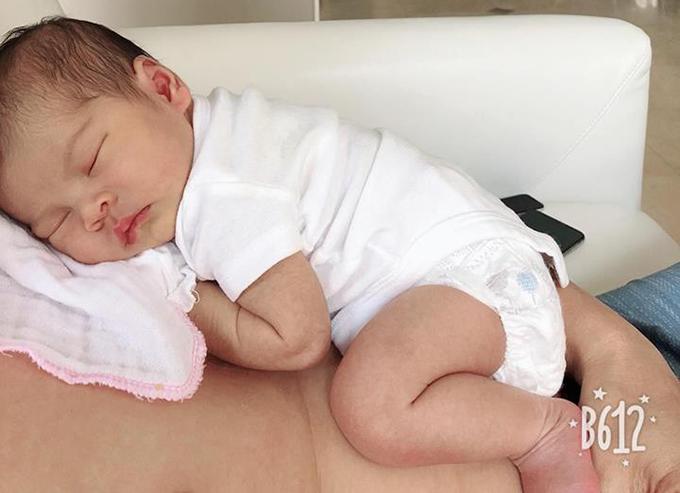 Thanh Thảo chia sẻ, từ khi có Búp Bê, ông xã giành hết việc bế ẵm, thay tã, tắm rửa cho em bé và chỉ phần cô việc cho con bú.