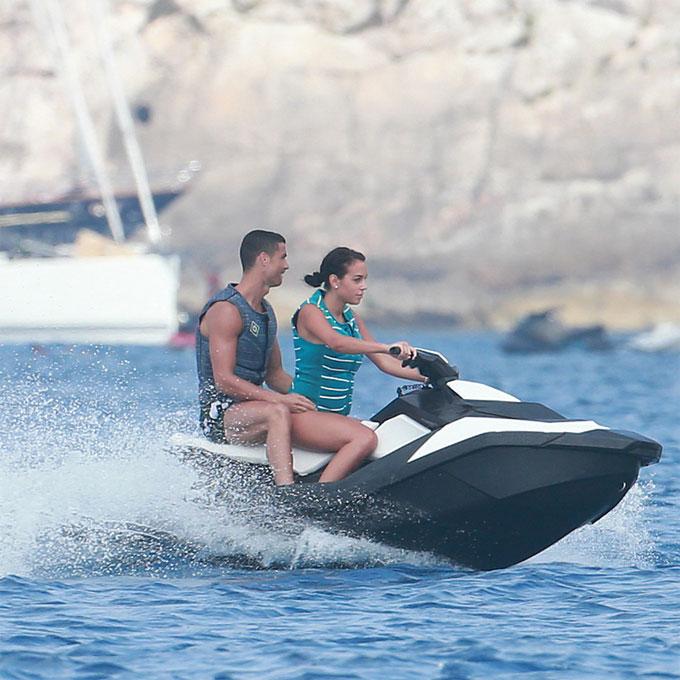 Đi biển luôn là lựa chọn của C. Ronaldo và Georgina Rodriguez trong mỗi kỳ nghỉ.