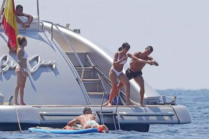 Nhóm bạn trên du thuyền tỏ ra thích thú với hành động trêu đùa nhau của cặp đôi.