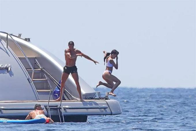 Động tác ném hết tay của C. Ronaldo như muốn Georgina Rodriguez bay thật xa khỏi du thuyền.