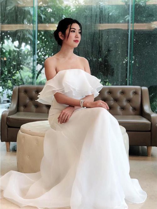 Á hậu Thúy Vân diện váy như công chúa.