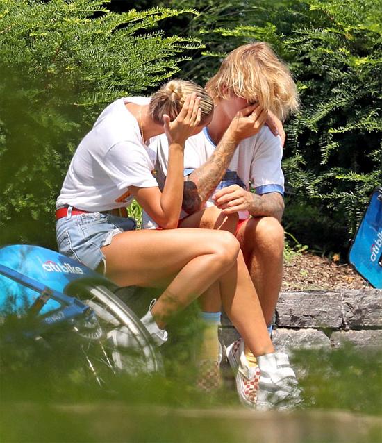 Cặp đôi ngồi bên vệ đường vắng vẻ, Hailey không ngừng an ủi Justin.