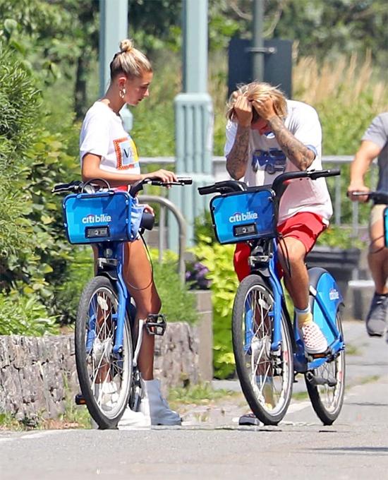 Justin Bieber và Hailey Baldwin có buổi đạp xe dạo quanh khu phố West Side ở Manhattan, New York hôm thứ 3. Tuy nhiên sau đó Justin dừng xe, ôm mặt đầy sầu muộn.