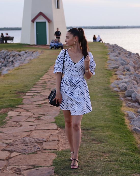 Thay vì váy vạt quấn in hoa hot trend mùa hè, đổi mới gam màu và họa tiết sẽ mang tới hình ảnh nhẹ nhàng cho bạn gái trong ngày thu.