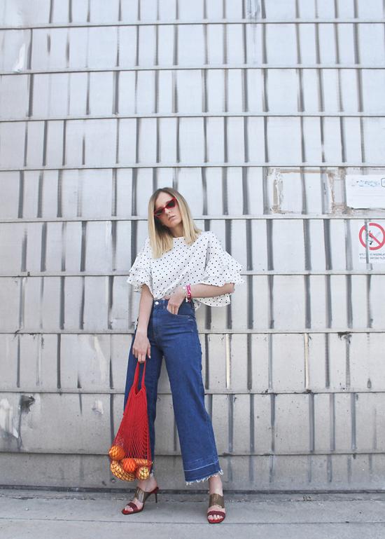 Bên cạnh các mẫu váy nằm trong top xu hướng hot mùa hè thu, vải in chấm bi còn được sử dụng để tạo nên các kiểu áo dễ mix đồ.