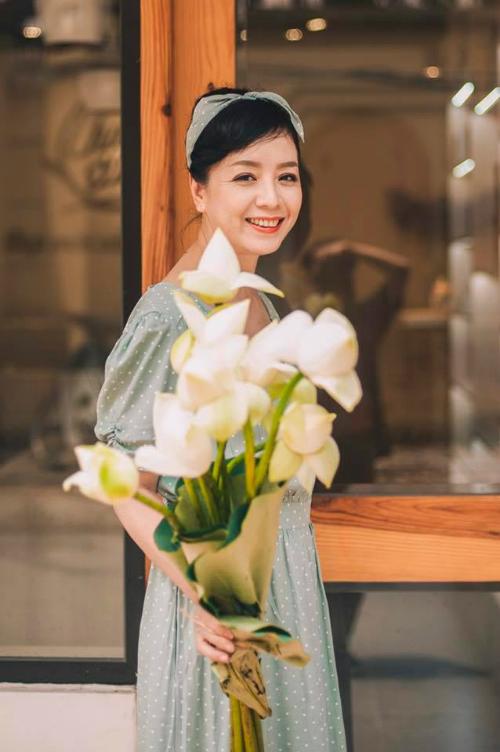 Diễn viên Chiều Xuân cười rạng rỡ trong bức hình mới đăng tải.
